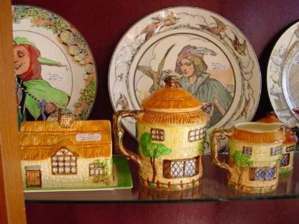 Selection of cottage ware    COL 8